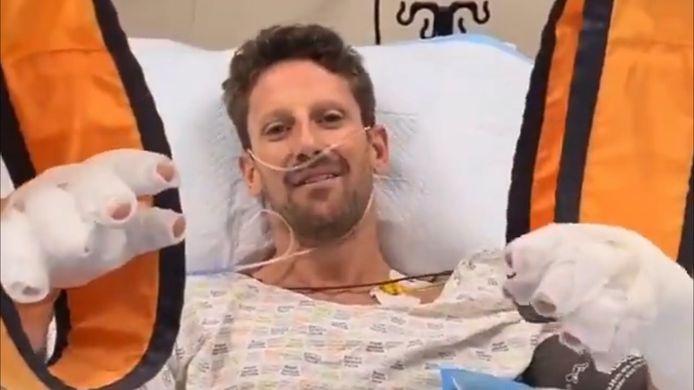 Formule 1-coureur Romain Grosjean liet in een videoboodschap vanuit het ziekenhuis weten dat het relatief goed met hem gaat. De Fransman overleefde tijdens de Grote Prijs van Bahrein een ongekend zware crash.