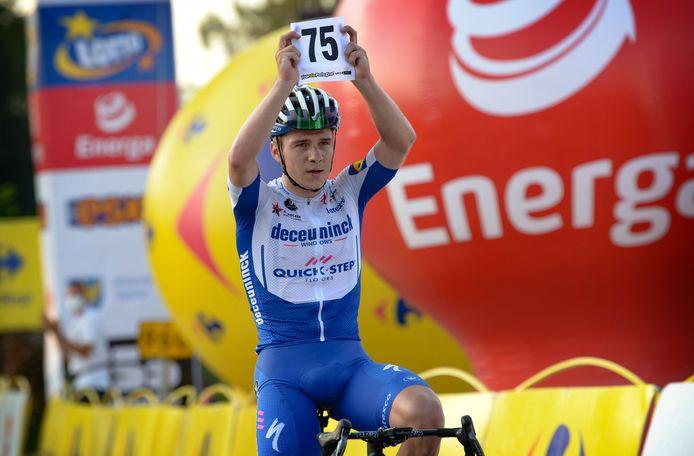 Remco Evenepoel eert ploegmaat Fabio Jakobsen.