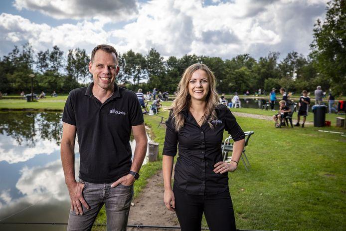 """Martijn en Annemarie Oude Kotte van visvijvers De Broekbeke. """"Tijdens de bouwvak is het hier wel even extreem."""""""