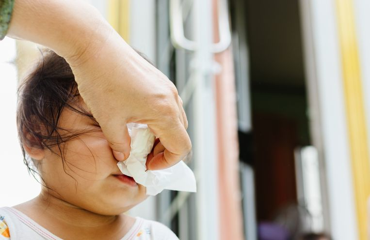 Veel scholen vinden het moeilijk om ouders uit te leggen waarom een kind dat net verkouden wordt naar huis moet, terwijl een kind dat altijd verkouden is mag blijven. Beeld Getty Images/iStockphoto