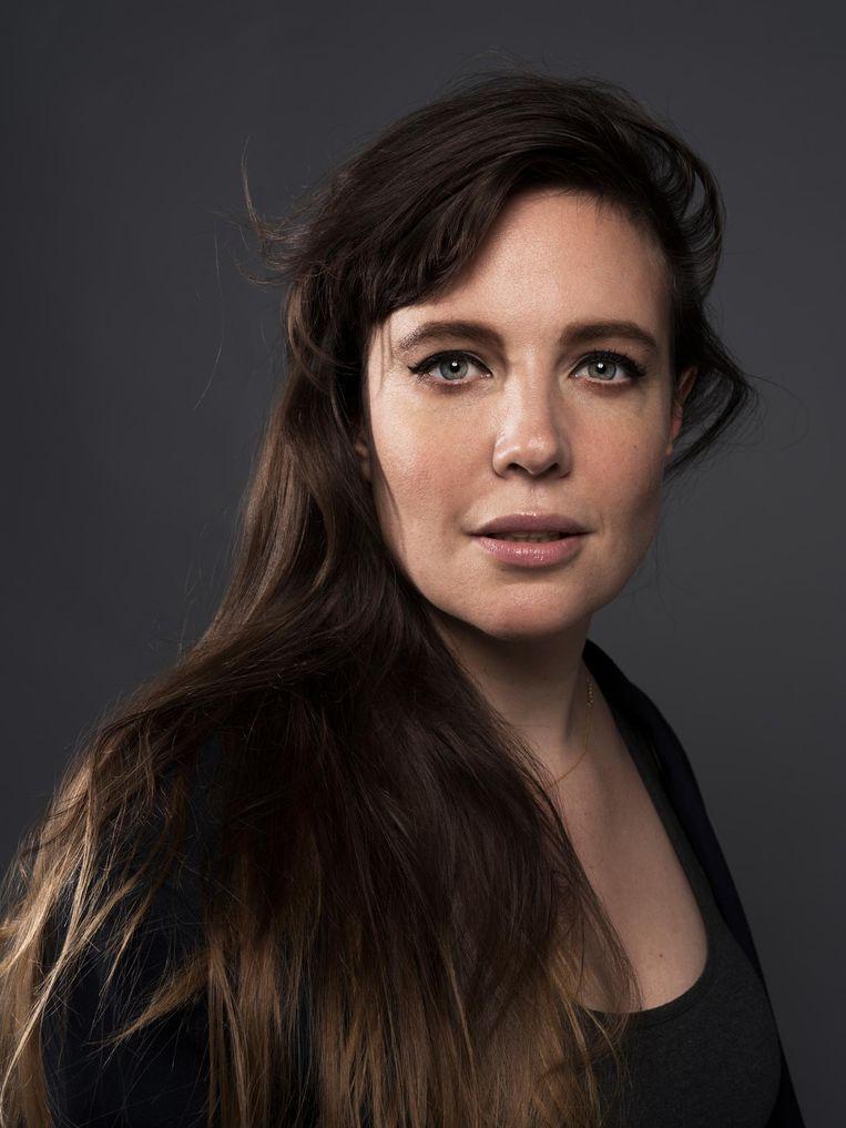 Ellen Deckwitz (1982) is dichter en columnist. In 2015 verscheen haar jongste bundel De blanke gave, in 2016 Olijven moet je leren lezen - Een cursus genieten van poëzie. Beeld Robin De Puy / de Volkskrant