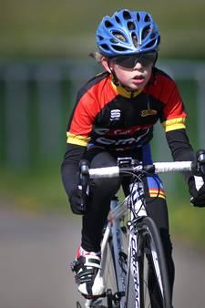 Jeugdige fietsers doen mee aan wielerronde in Brakel