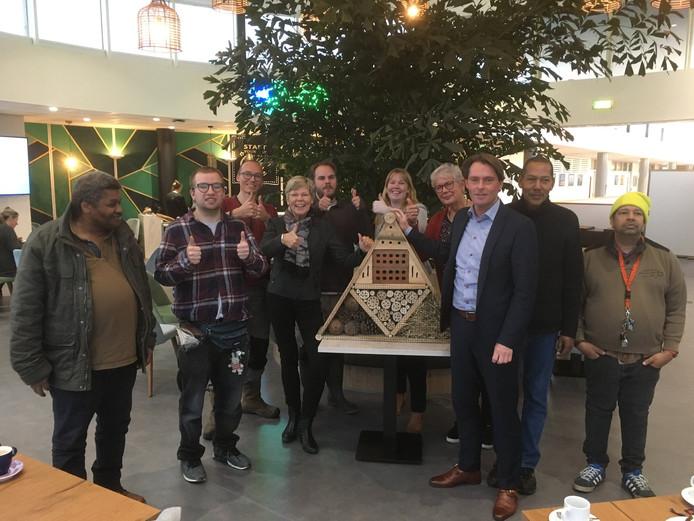 Coöperatie Collectief Hoeksche Waard geeft insectenhotel als geschenk aan wethouder Paul Boogaard.