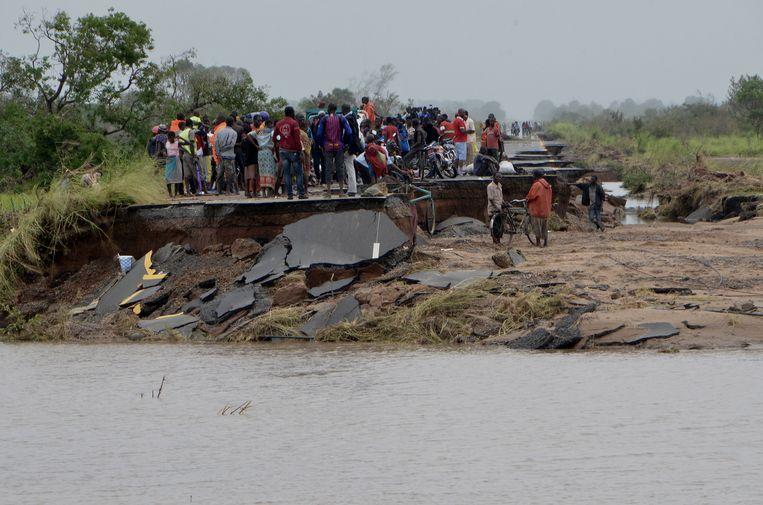 Het dorpje Dondo in centraal-Mozambique heeft de maken met grote aardverschuivingen en overstromingen als gevolg van de cycloon Idai. Beeld EPA