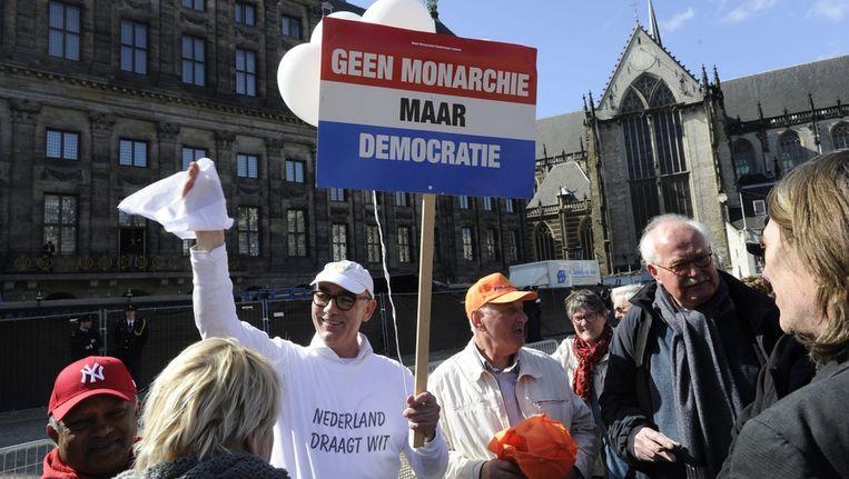 Hans Maessen, campagneleider bij het Nieuw Republikeins Genootschap (NRG), voert actie voor het Paleis op de Dam op de dag voor de inhuldiging. Beeld epa