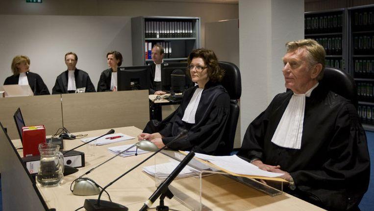 Rechtbankvoorzitter Fris Lauwaars (rechts) vraagt zich af met wat voor 'verrassing' vier advocaten gaan komen aanstaande maandag. Foto ANP Beeld