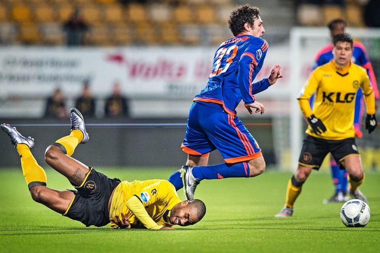 Roda-speler Poepon maakt een schuiver het kunstgras van de club uit Kerkrade. Beeld Guus Dubbelman