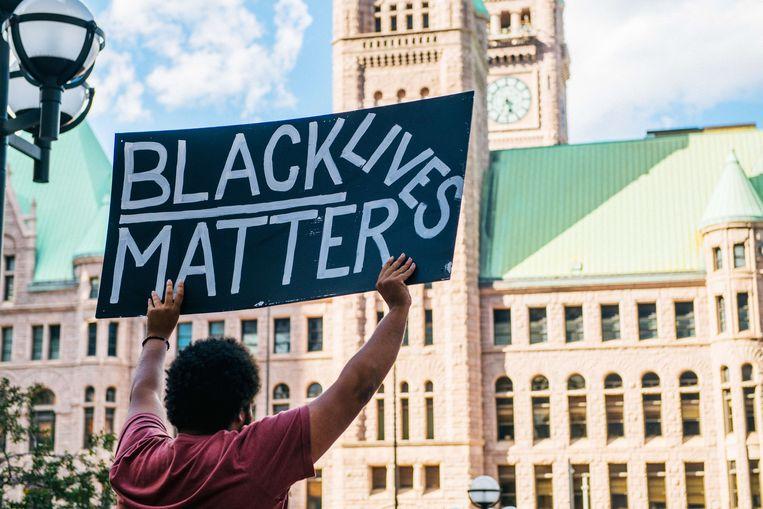 De huidige BLM-protesten zijn diverser dan enkele jaren geleden. Deze man demonstreert in Minneapolis.  Beeld AFP