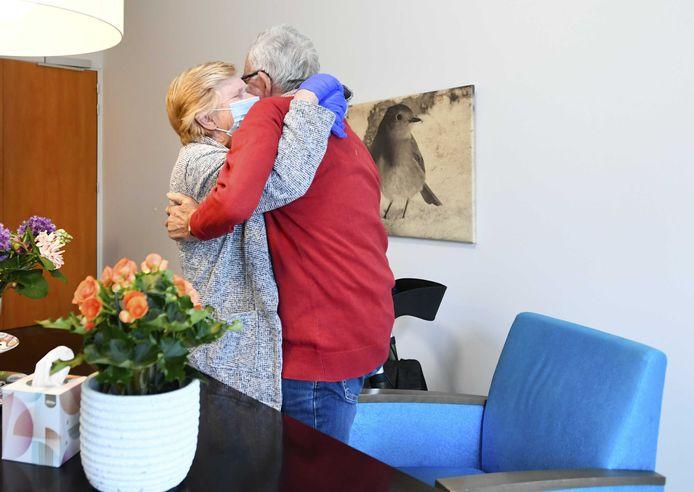 Een bewoner van verpleeghuis Honinghoeve van Stichting Waalboog krijgt bezoek van zijn vrouw.