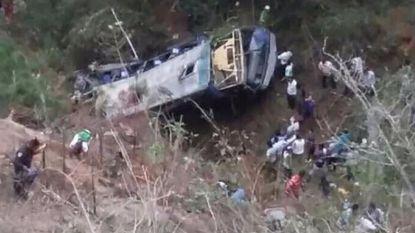 Zeventien doden bij crash van bus in ravijn in Mexico