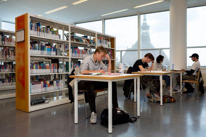 De Centrale Bibliotheek in Den Haag werd al door studenten gebruikt om examens voor te bereiden, nu worden er studieplekken ingericht voor leerlingen die thuis te weinig ruimte hebben.