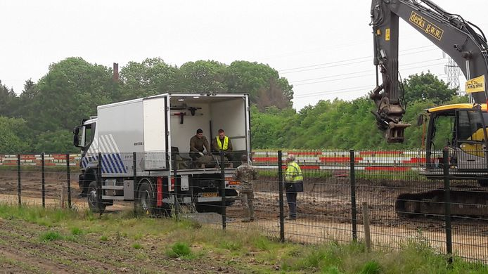 De bom wordt in een speciale vrachtwagen van de EOD gelegd.