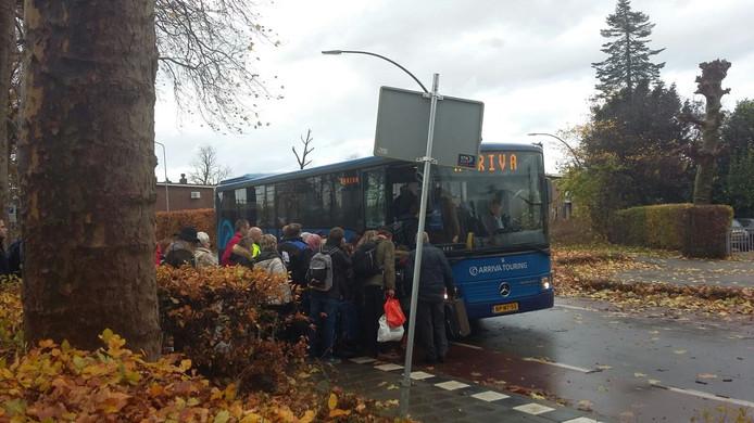 Arriva zet bussen in om de gestrande reizigers in Zevenaar naar Arnhem te brengen.