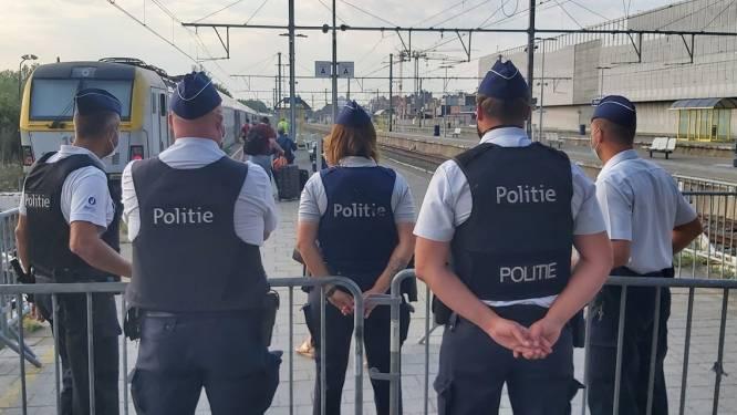Politie staat klaar om treinen te controleren in Blankenberge