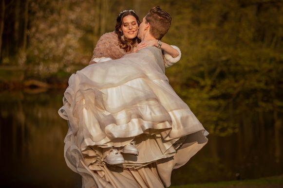 Charissa (33) wist dat ze vrijdag zou sterven. Toch trad ze vijf dagen voor haar dood met haar grote liefde Arno (24) in het huwelijk.