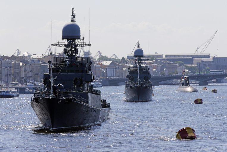 Russische marineschepen worden eind juli in gereedheid gebracht voor een militaire parade. Beeld epa