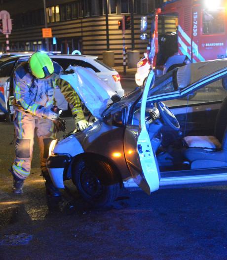 Auto over de kop op Maanweg, bestuurster zwaargewond