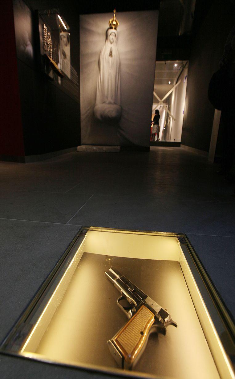 Het pistool waarmee paus Johannes Paulus II werd beschoten in het nieuwe museum in Wadowice. Beeld AP
