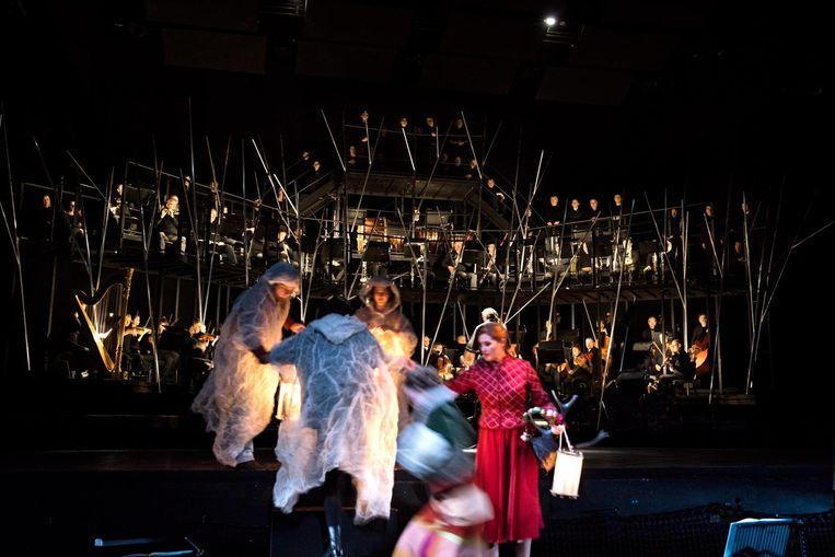 Het orkest zit aan het einde van het stuk op het podium Beeld Annemie Augustijns