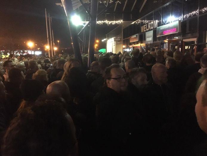 Wachtende fans bij Slayer.