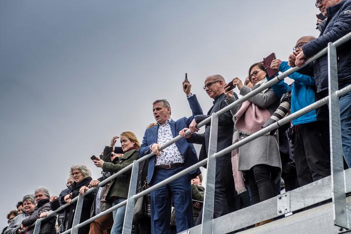 Opening wielerexperience Roosendaal. Foto: startschot openingsrit met Leontien van Moorsel door wethouder Toine Theunis.  Foto: Tonny Presser/Pix4Profs