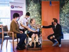 Zoetermeerse mevrouw Roos is de eerste die vaccinatie krijgt van huisarts: 'Het is maar een prikkie'