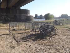 Fietsen blokkeren voetpad op brug naar Festival Op 't Eiland