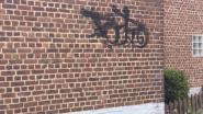 Drie gevels met graffiti besmeurd