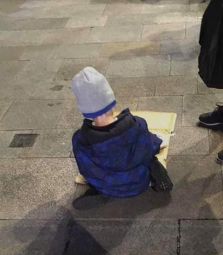 Hartverscheurende foto van dakloze kleuter (5) die koude spaghetti eet gaat wereld over