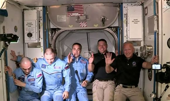 De eerste groepsfoto van de nieuwe uitgebreide bemanning van het ISS.