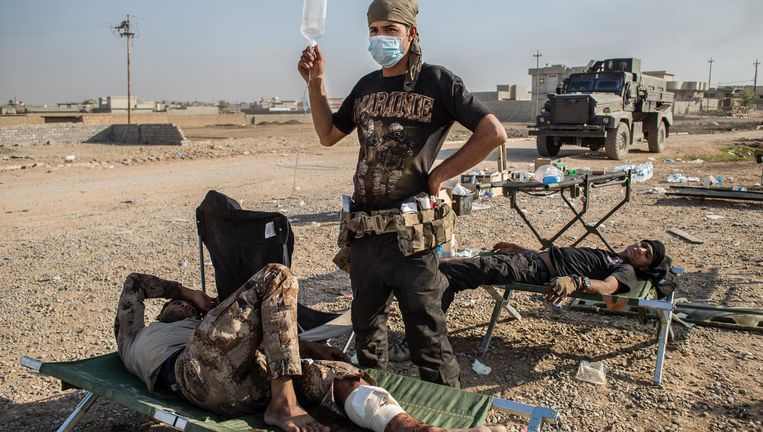 Gewonde Iraakse militairen worden verzorgd door een mobiel medisch team. Beeld null