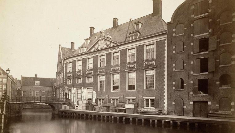 Het Oudezijds Heerenlogement aan de Grimburgwal, hier op een foto uit 1874 Beeld Stadsarchief