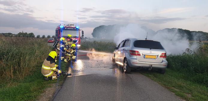 De autobrand wordt geblust op de Persingenstraat