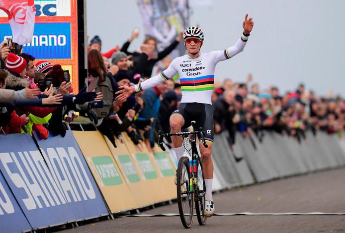 Mathieu van der Poel komt juichend over de streep.
