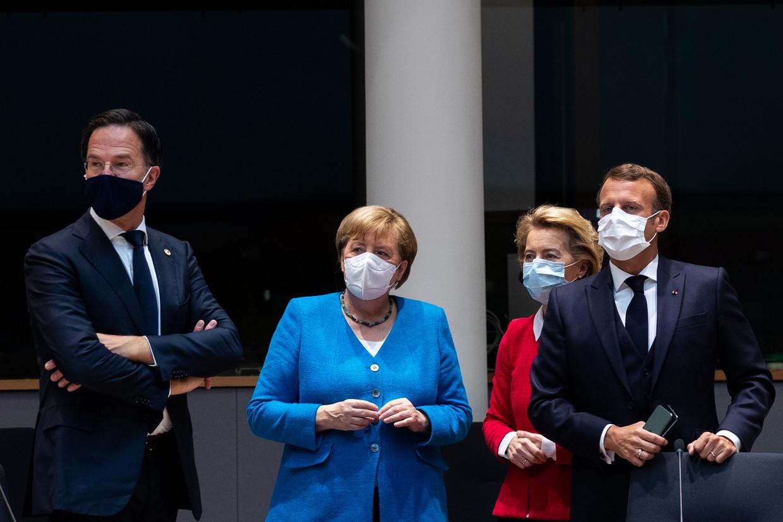 Premier Mark Rutte (links) met de Duitse bondskanselier Angela Merkel, voorzitter van de Europese Commissie Ursula von der Leyen en de Franse president Emmanuel Macron op de tweede dag van het EU-overleg in Brussel.