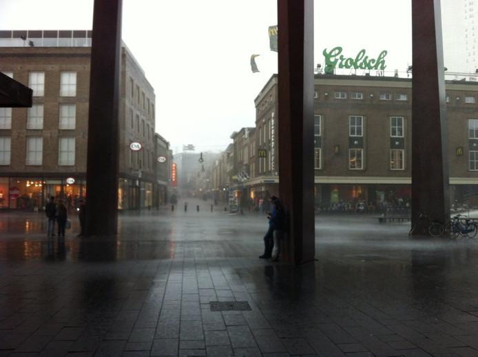 Schuilen voor de regen bij de Piazza in Eindhoven.