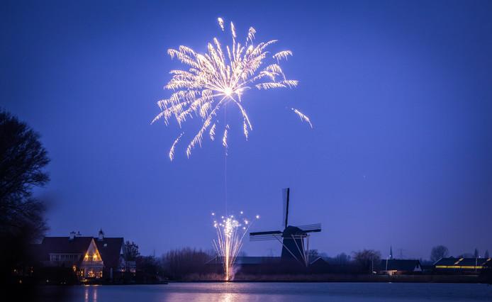 Vuurwerk boven de Poldersche molen in Maasdam.