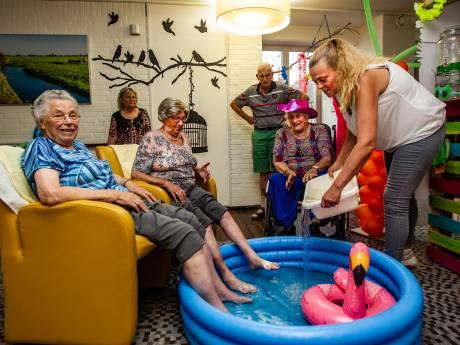 Bewoners van Humanitas in Deventer genieten van tropische strandsfeer op afdeling