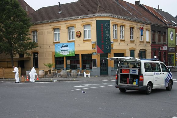 De politie voert onderzoek in de Torhoutse stationsbuurt, waar de dodelijke steekpartij in de nacht van 15 op 16 juli 2011 gebeurde.