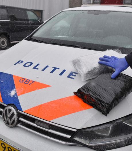 Politie stuit op dozen vol geperste hennep op industrieterrein in Tilburg