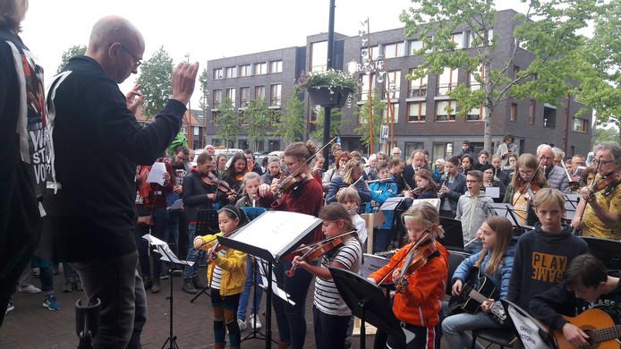 Leerlingen van de muziek- en dansschool Factorium in Goirle kwamen naar de gemeenteraad om te laten horen dat ze tegen de aangekondigde bezuinigingen zijn. In de deuropening van het gemeentehuis staat het college van B en W te luisteren.