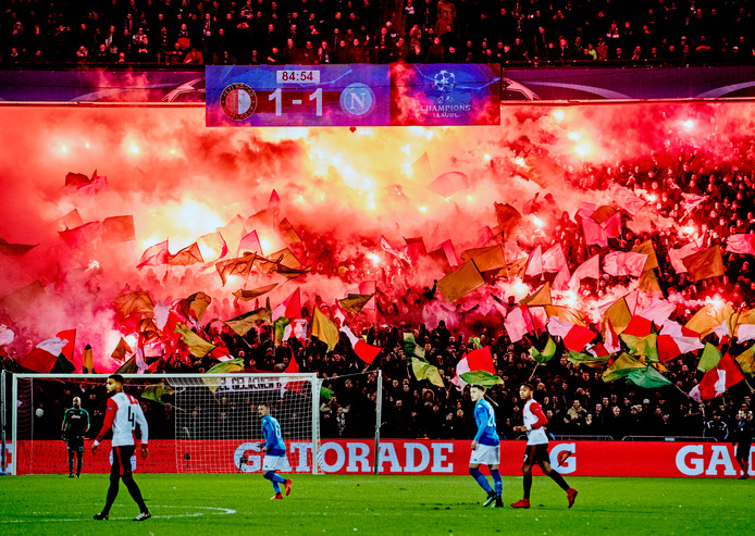 Vuurwerk bij Feyenoord-Napoli.