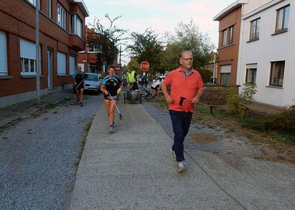 De joggers in actie, met grijper in de hand.