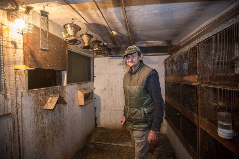 Wilfried Van Den Dooren in het schuilhok van zijn vogels.