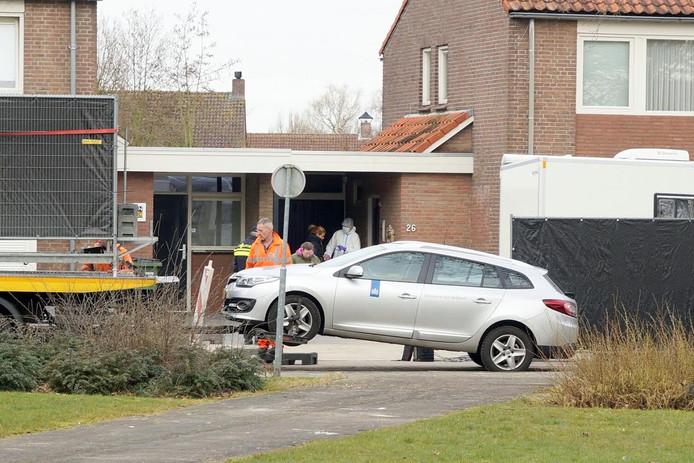 De politie nam de auto van de verdachte in beslag. De technische recherche deed ter plekke onderzoek.