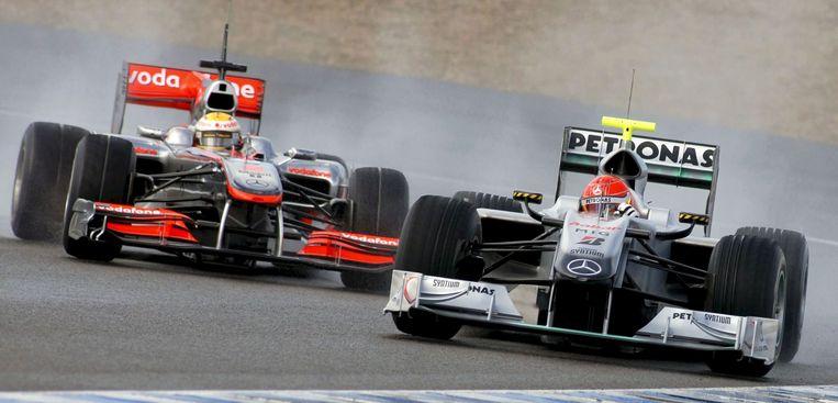 Michael Schumacher wordt gevolgd door Lewis Hamilton tijdens een trainingssessie op het circuit van Jerez de la Frontera in Spanje in 2010.  Beeld Hollandse Hoogte / EPA