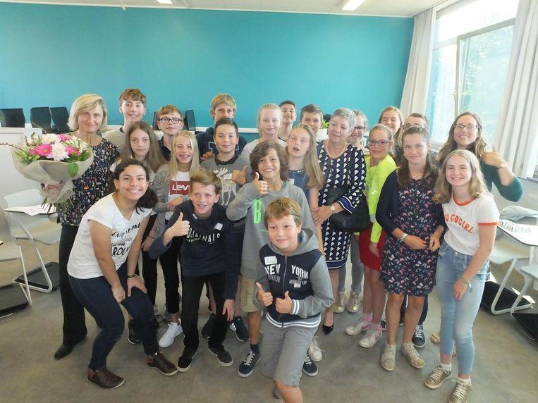 Minister Hilde Crevits met de leerlingen en leerkracht burgerschap in het Atheneum Erasmus.