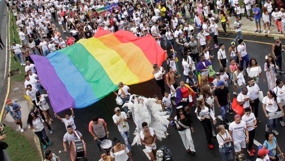 Een enorme regenboogvlag wordt gedragen tijdens de Gay Pride Parade in Panama.