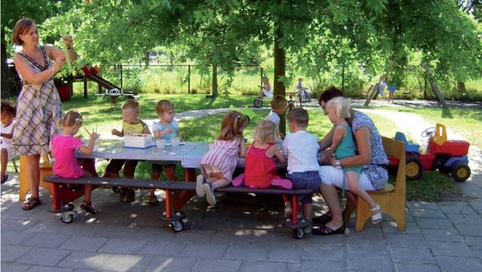 Kinderen en personeel in 2011 bij kinderspeelboerderij De Hummelhoef in Oirschot. foto De Hummelhoef