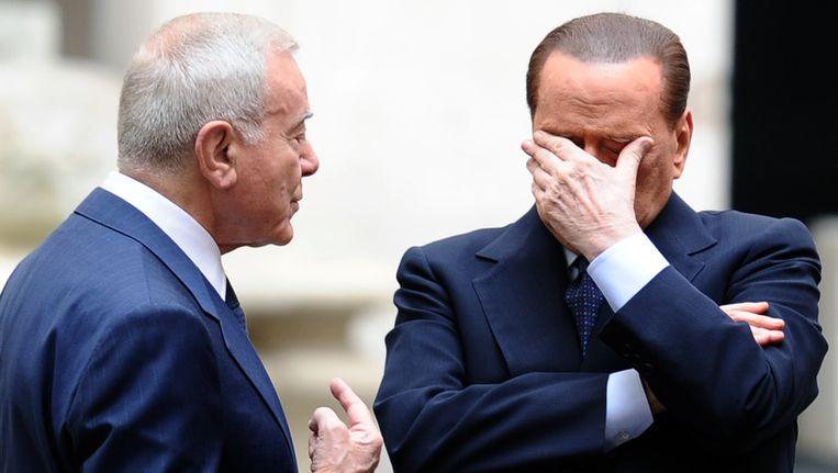 Gianni Letta praat met premier Silvio Berlusconi. Beeld afp